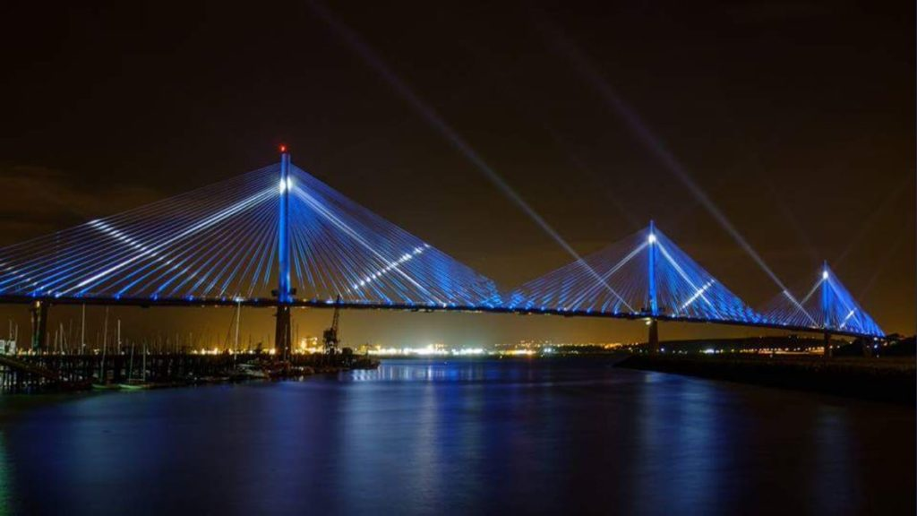 ОсвещениемостаQueensferryCrossingвШотландииизображение